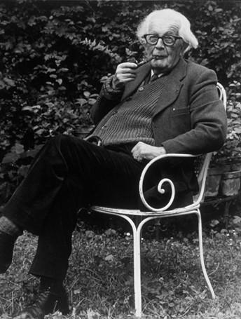 Jean Piaget dans son jardin de Pinchat.